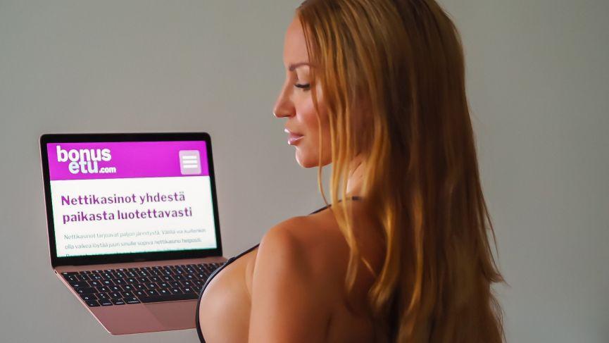 Strippari Donna Heart kokeilee onneaan nettikasinoissa.